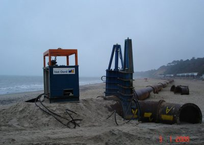 Onshore pipeline and hydraulic valve